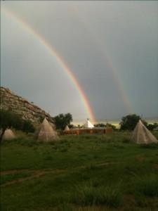 Camp des teepes en Mongolie avec umagnifique arc en ciel